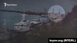 Захваченные Россией военные катера ВМС Украины у причальной стенки в акватории «Генмола», Керчь