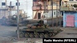 Орусияда жасалган танк Сириядагы шаардын көчөсүндө, 13-июнь, 2012-жыл