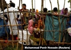 Беженцы рохинджа ожидают входа во временный лагерь для беженцев в Бангладеш, 30 августа 2017 года