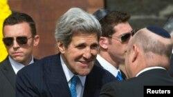 جان کری، وزیر امور خارجه آمریکا. (در وسط).