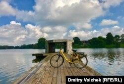 """Желтый велосипед на """"Пирсе"""" Хорхе Пардо"""