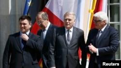 Ministrat (nga e majta) Pavlo Klimkin (Ukrainë), Sergei Lavrov (Rusi), Jean-Marc Ayrault (Francë) dhe Frank-Walter Steinmeier (Gjermani) para takimit të sotëm në Berlin