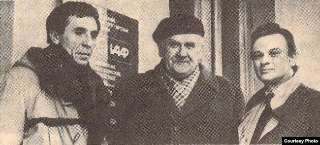Справа налева: Міхась Стральцоў, Янка Брыль, Аляксандар Станюта. 1986 г. Фота Анатоля Каляды, газэта «Літаратура і мастацтва». З фондаў БДАМЛМ