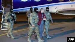 Азербайджанский спецназ конвоирует блогера Александра Лапшина в аэропорту Баку, 7 февраля 2017 г.