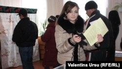 Молдова -- Гагаузиядагы референдумда добуш берип жаткандар. Комрат, 2-февраль, 2014.