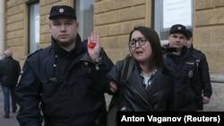 Задержание Елены Григорьевой полицией во время одной из акций протеста. С.-Петербург, 17 апреля 2019 года