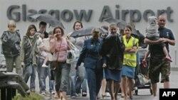 مسافران و کارکنان فرودگاه گلاسکو اسکاتلند در حال خروج از ترمینال این فرودگاه هستند