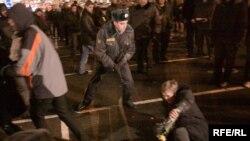 Марина Литвинович (на земле) задержана милицией в ходе акции на Триумфальной площади в Москве 31 октября