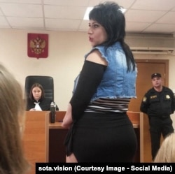 Жрица любви дает показания в зале суда