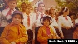 Viitorul patriei. Pionieri și șoimi ai patriei scoși să-l felicite pe Ceaușescu reales la al XIV-lea Congres.