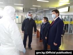 Мухаммедкалый Абылгазиев в аэропорту «Манас» ознакомился с мерами по недопущению распространения коронавируса.