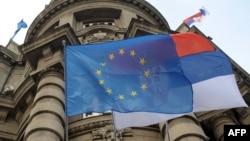 Zastave EU i Srbije ispred zgrade Vlade u Beogradu, foto iz arhive