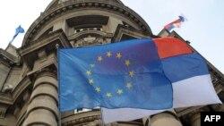Zastave Evropske unije i Srbije ispred zgrade Vlade u Beogradu