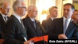 Profesor Miodrag Milošević prima nagradu na božićnom domjenku, foto: Enis Zebić