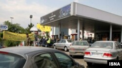 صف خودروها در مقابل پمپ بنزینی در تهران