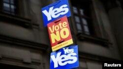 """Şotlandiýada geçirilýän referendumda degişli """"hawa"""" ýa-da """"ýok"""" sesi bermäge çagyrýan plakatlar"""