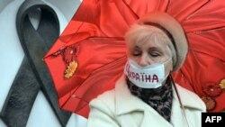 Жінка перед меморіалом жертвам СНІДу в Києві, 13 листопада 2012 року