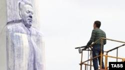 Памятник Борису Ельцину в Екатеринбурге после акта вандализма