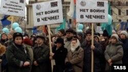 Оьрсийчоь -- СоIди-КIотарна бомбанаш еттачу деношкахь тIом сацабе бохуш митингаш хилара Москох. Чиллан-бутт, 2000 шо