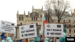 Поддерживающие Трепашкина активисты протестовали и против войны в Чечне