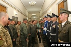 У цэнтры – міністар абароны Ўкраіны Сьцяпан Палтарак