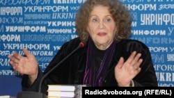 Ліна Костенко під час презентації роману «Записки самашедшого», Київ, грудень 2010 року