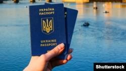 Законопроєкт передбачає звільнення деяких категорій осіб від зобов'язання припинити іноземне громадянство при набутті громадянства України за умови складення ними присяги громадянина України