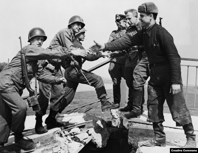 """""""Встреча на Эльбе"""": советские и американские войска, встретившиеся в немецком городе Торгау, 25 апреля 1945 года"""