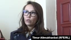 Жена осуждённого бывшего министра национальной экономики Казахстана Куандыка Бишимбаева Назым Бишимбаева беседует с репортерами. Астана, 16 мая 2018 года.