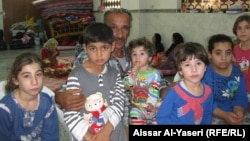 النجف: النازح ابونبيل بين عدد من اطفاله