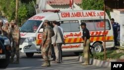 Сотрудники сил безопасности и медики в пакистанском городе Карачи.
