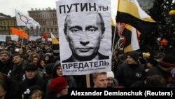 Во время митинга российской оппозиции. Петербург, 18 декабря 2011 года.