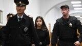Адну зь сёстраў Хачатур'ян вядуць у суд, архіўнае фота.