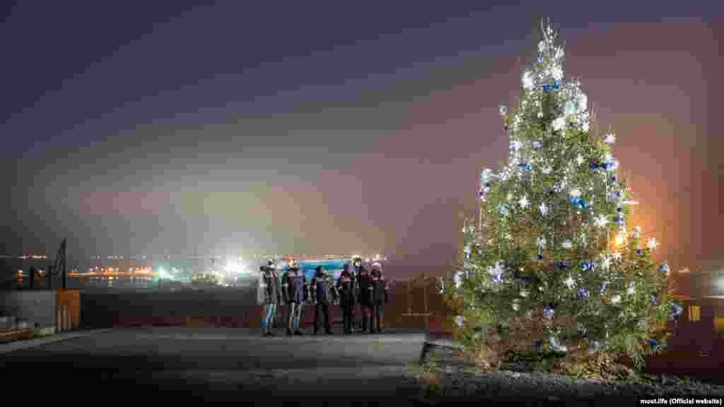 Строители Керченского моста нарядили новогоднюю елку, 30 декабря 2016 года