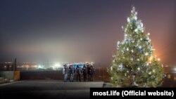 Будівельники Кримського мосту посадили новорічну ялинку, Керч, 29 грудня 2016 року