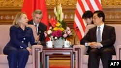 Американскиот државен секретар Хилари Клинтон и кинескиот претседател Ху Џинтао, Пекинг 04.05.2012.