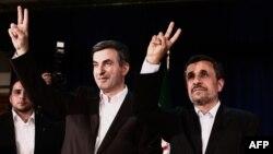 Иран президенті Махмуд Ахмединежад (оң жақта) пен президенттіктен үміткер Эсфандияр Рахим Машаи. Тегеран, 11 мамыр 2013 жыл.