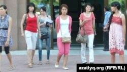 Студентки КазНПУ имени Абая. Алматы, 1 июля 2012 года.