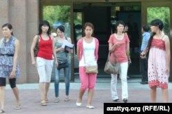 Абай атындағы ҚазҰПУ студенттері. Алматы, 1 шілде 2012 жыл. (Көрнекі сурет)