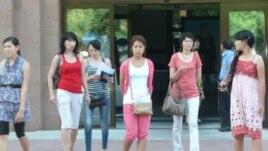 Студентки возле учебного корпуса. Иллюстративное фото.