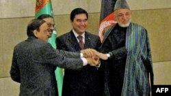 Пакистанскиот претседател Асиф Али Зардари, индискиот министер за нафта и гас Мурли Деопра, туркменистанскиот претседател Гурбангули Бердимухамедов и авганистанскиот претседател Хамид Карзи по потпишувањето на договорот за гасоводот ТАПИ на 11 декември 20