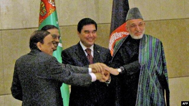 India's Petroleum Minister Murli Deopra (left), Pakistani President Asif Ali Zardari, Turkmen President Gurbanguly Berdymukhammedov, and Afghan President Hamid Karzai sign an agreement on TAPI in 2010