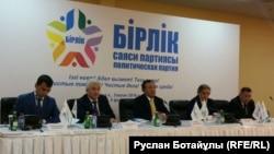 """""""Бірлік"""" саяси партиясының кезектен тыс 2-съезінде отырған Серік Сұлтанғали (ортада). Астана, 5 ақпан 2016 жыл."""