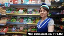 Назгуль, продавец в магазине кондитерских изделий на рынке в Астане. 8 августа 2016 года.