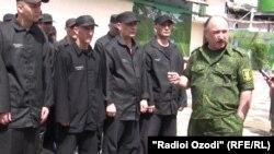 Иззатуло Шарифов дар ҳузури зиндониён. Моҳи июни согли 2011