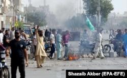 Supporters of Tehrik-e Labaik protest on November 2 in Karachi.
