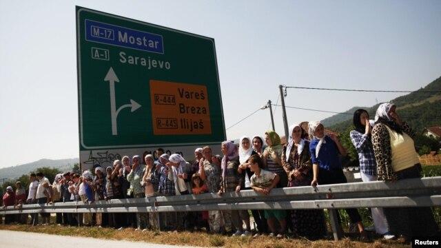 Ljudi dočekuju konvoj sa posmrtnim ostacima 520 žrtava genocida, 9. jul 2012.