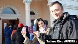 Alegerile parlamentare din România din decembrie 2016, în faţa unei secții de votare din Ialoveni