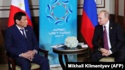 Родріго Дутерте (Л) і Володимир Путін, 11 листопада 2017 року