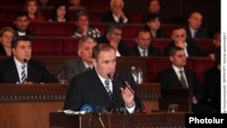 Armenia -- The leader of the Armenian opposition Levon Ter-Petrosian speaks at the Congress of HZhK. 04Dec., 2010